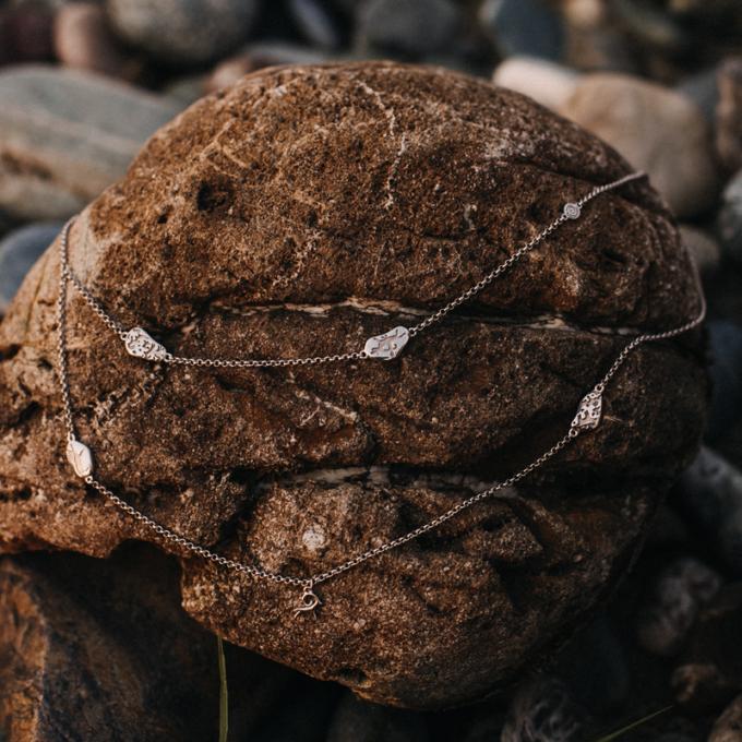 Двухъярусное серебряное колье-цепочка «Камешки»